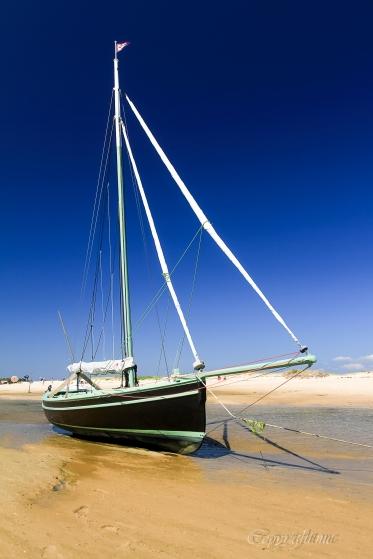 photo prise a la conche du Mimbeau a marée basse,Cap-Ferret,voilier bois,sable,