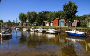 Port de Biganos , beaucoup de couleurs d'été en ce lieu du Bassin d'Arcachon , dans le sud-ouest de la France.