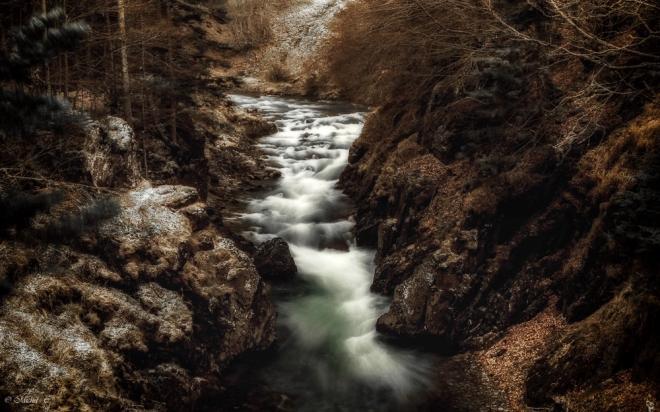 Cour d'eau ,ruisseau dans les montagnes des Pyrénées en hiver.